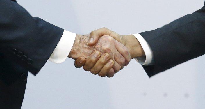 Presidente de Cuba. Raúl Castro estrecha la mano del presidente de EEUU, Barack Obama durante la Cumbre de las Américas en Panamá