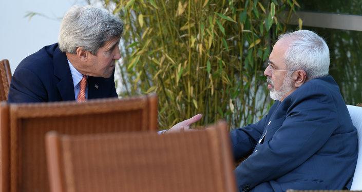 Secretario de Estado de EEUU, John Kerry y ministro de Asuntos exteriores de Irán, Javad Zarif