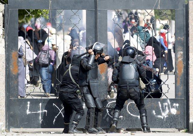 Agentes de la policía durante los enfrentamientos con estudiantes de Universidad de al-Azhar q son partidarios de la Hermandad Musulmana