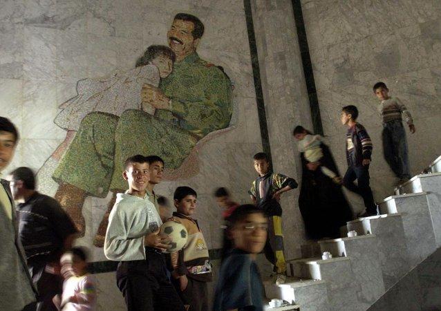 La gente en el palacio de Sadam Husein en Mosul (archivo)
