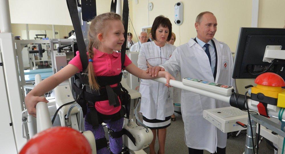 Vladímir Putin, presidente de Rusia, visitando clínica donde curan a pequeños heridos de Donbás