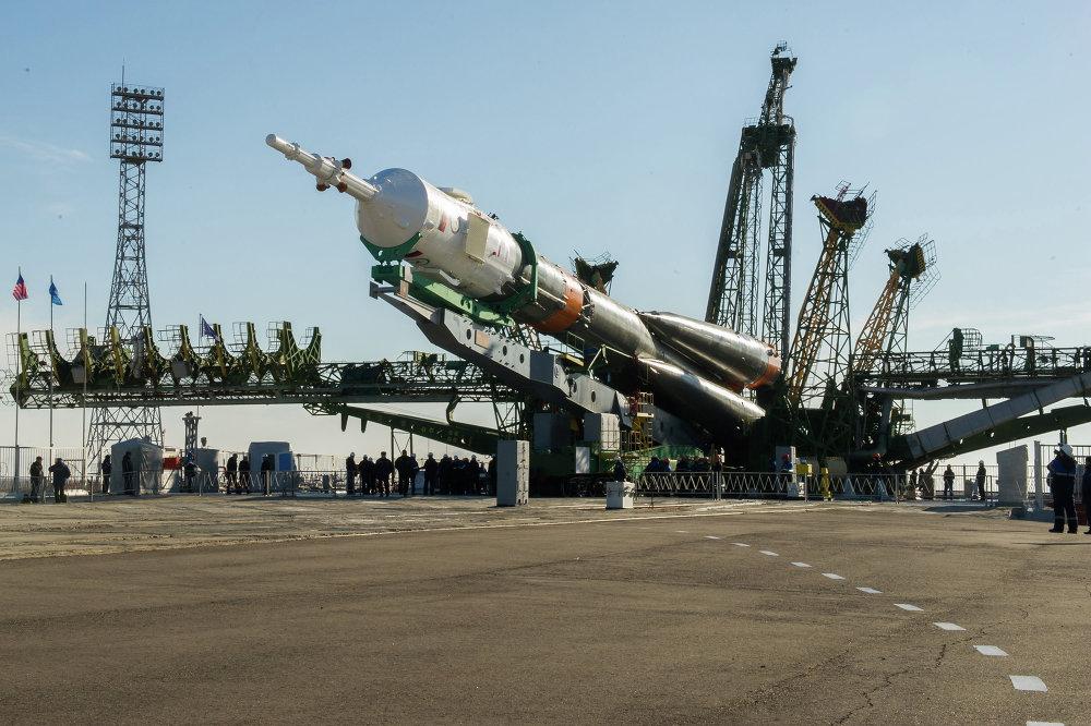 Episodio del montaje del cohete Soyuz-FG con la nave pilotada Soyuz TMA-16M en la rampa de lanzamiento del cosmódromo de Baikonur