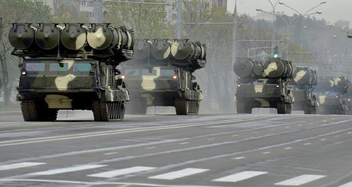 S-300 en las calles de Minsk durante el ensayo del desfile en honor del 70 aniversario de la Victoria en la Gran Guerra Patria