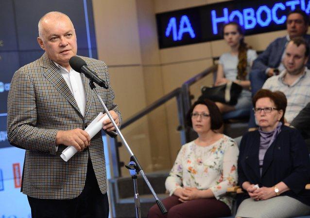 Dmitri Kiseliov en la entrega de los premios del Concurso Internacional de Periodismo Fotográfico Andréi Stenin