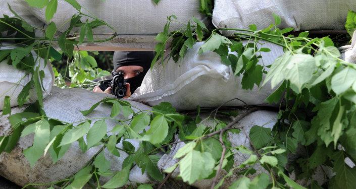Un miliciano en un puesto de control en Marinka