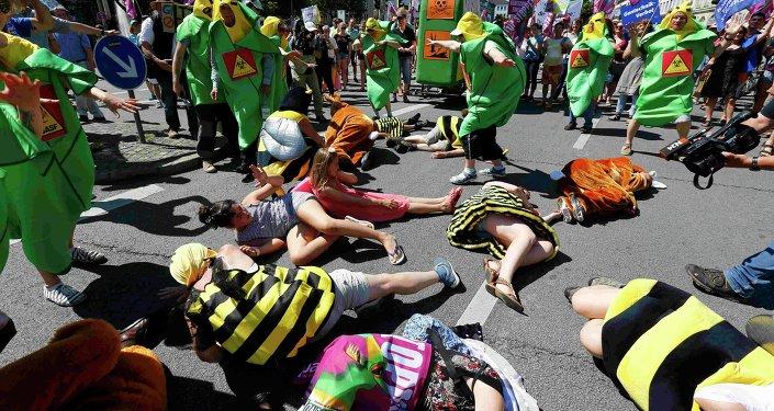 Activistas protestan contra pesticidas de Monsanto