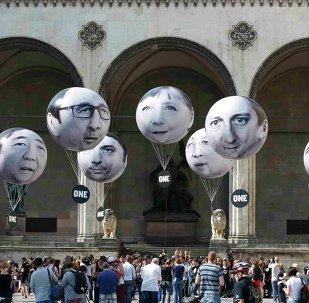 Globos con rostros de los líderes del G7