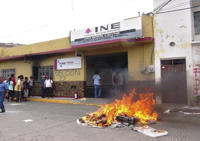 Una pila de la quema de material electoral cerca del Instituto Federal Electoral