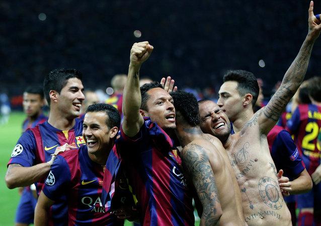 Jugadores de FC Barcelona celebran después de ganar 3-1 el partido de fútbol final de la Champions League contra el Juventus de Turín