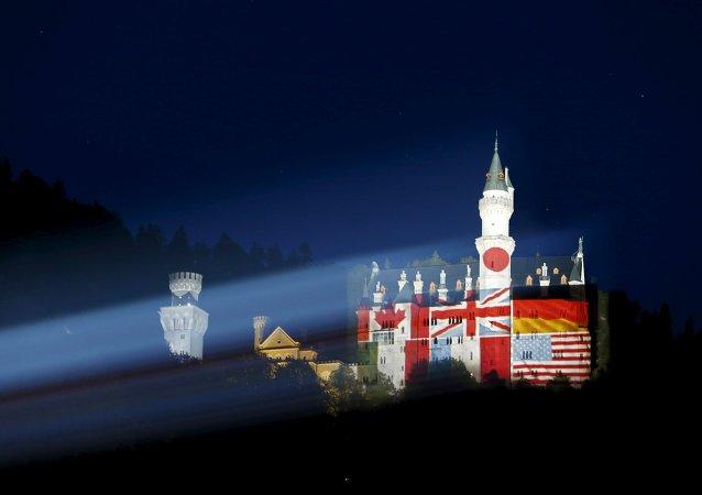 El castillo del sur de Baviera Neuschwanstein se ilumina con las banderas de los países participantes en la cumbre del G-7