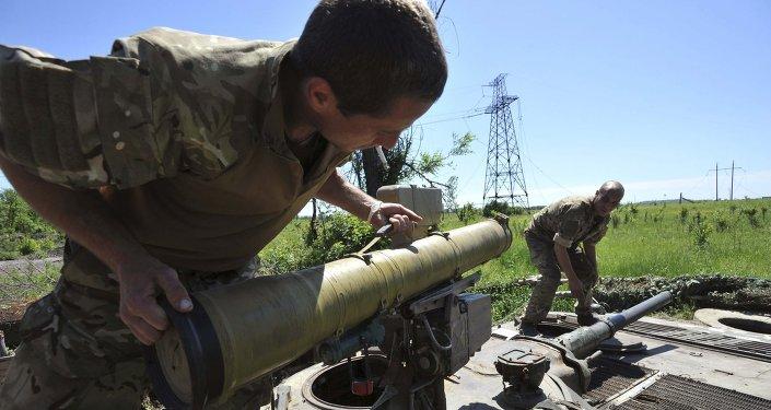 Miembros de las fuerzas armadas de Ucrania preparan armas en su posición