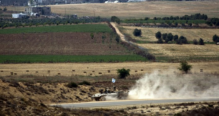 Vehículo blindado israelí cerca de la Franja de Gaza durante los ejercicios militares