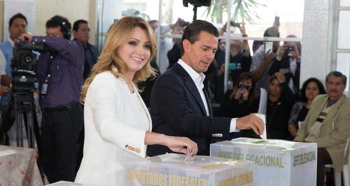 Presidente de México Enrique Peña Nieto y su esposa Angélica Rivera de Peña en las elecciones
