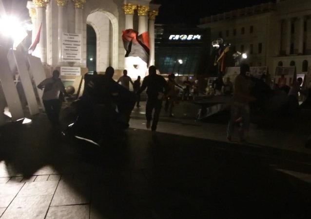 Desconocidos agreden a activistas anti-Poroshenko en el Maidán de Kiev