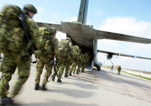Soldados checos participan en los ejercicios conjuntas de la OTAN Noble Jump, el 9 de abril, 2015