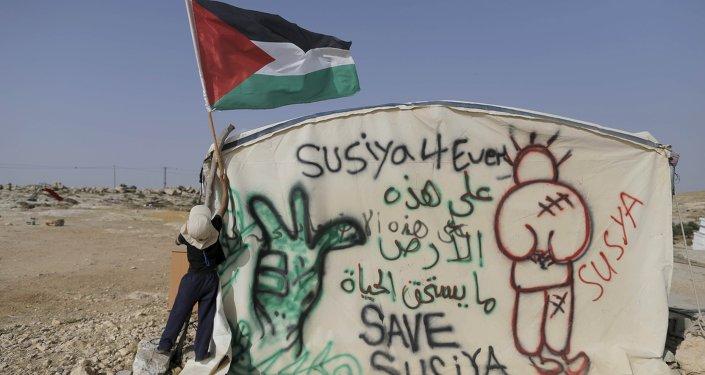 Niño colocando la bandera de Palestina