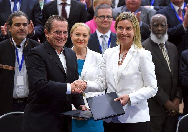 Jefa de la diplomacia europea, Federica Mogherini, y ministro de Exteriores de Ecuador, Ricardo Patino