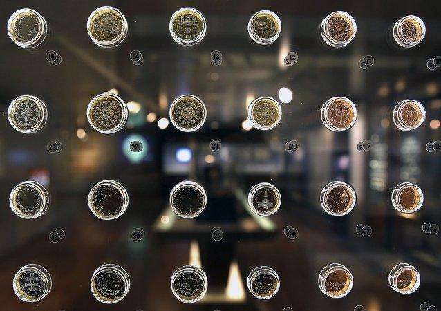 Monedas de diferentes países de eurozona en el Museo del Banco de Grecia en Atenas, el 11 de junio, 2015