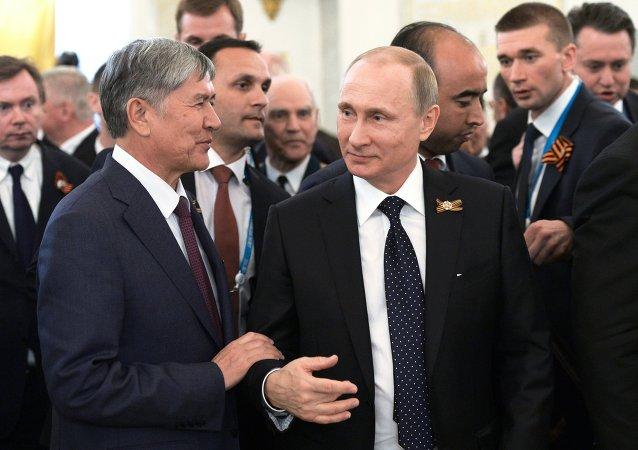 Presidente de Kirguistán, Almazbek Atambayev y presidente de Rusia, Vladímir Putin (Archivo)