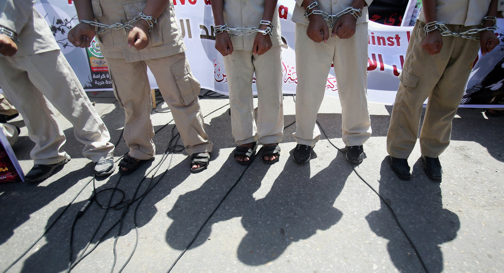 Los palestinos manifiestan en solidaridad con los presos palestinos en huelga de hambre en las cárceles israelíes