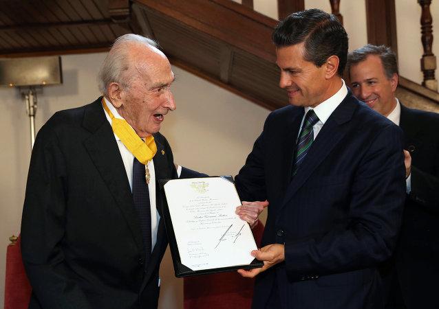 El presidente Enrique Peña condecoró al politólogo Giovanni Sartori con la orden del Águila Azteca