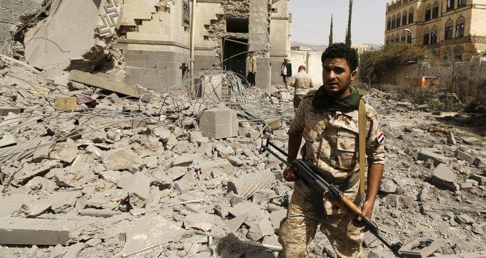 Militante hutí en Saná, Yemen