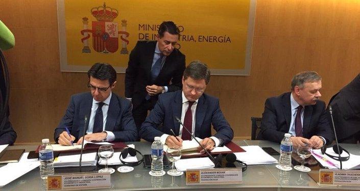 José Manuel Soria, ministro de Industria, Energía y Turismo de España y Alexandr Nóvak, ministro de Energía de Rusia
