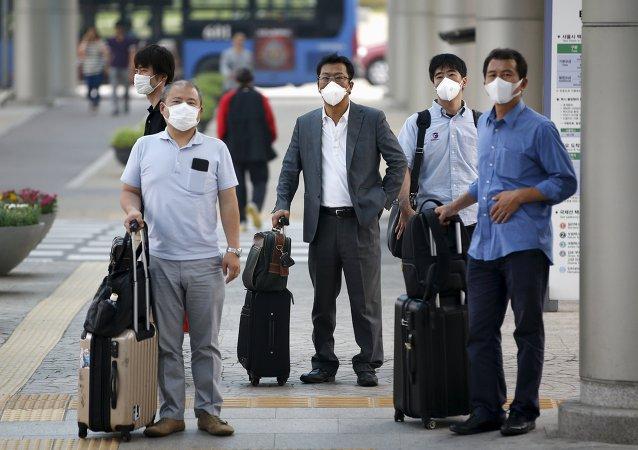 Pasajeros en el Aeropuerto Internacional de Gimpo en Seúl, Corea del Sur, el 17 de junio, 2015