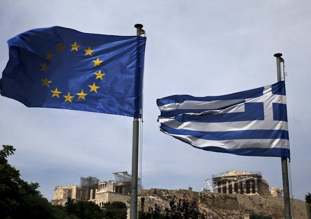 Banderas de la UE y Grecia en Atenas