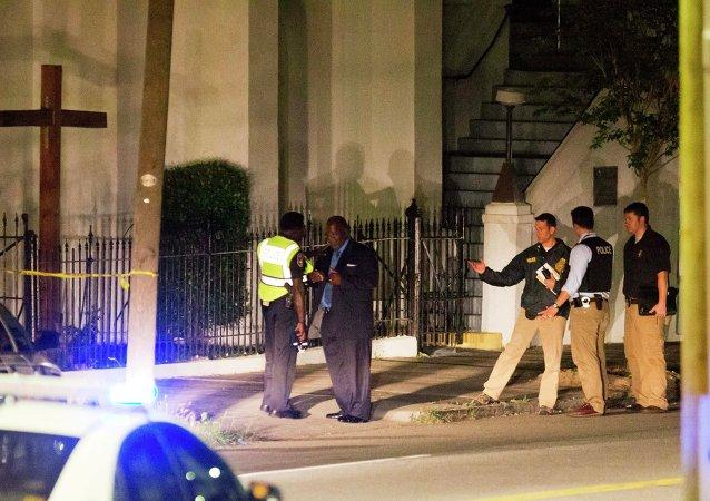 Policías cerca de la iglesia africana en la ciudad estadounidense de Charleston