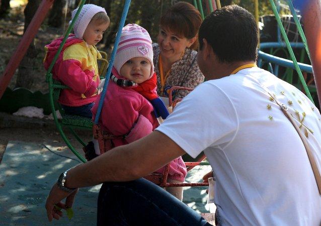 Futuros padres adoptivos juegan con dos niñas en uno de los orfanatos de Simferopol
