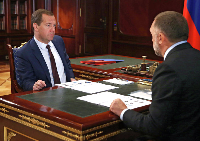Primer ministro de Rusia, Dmitri Medvédev y Oleg Deripaska