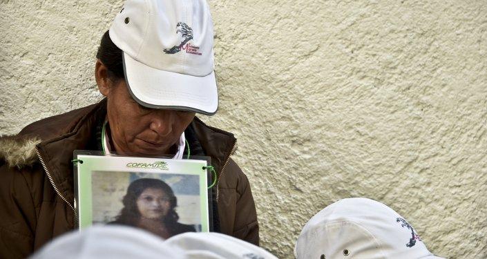 Los miembros de un grupo buscan los familiares de migrantes desaparecidos