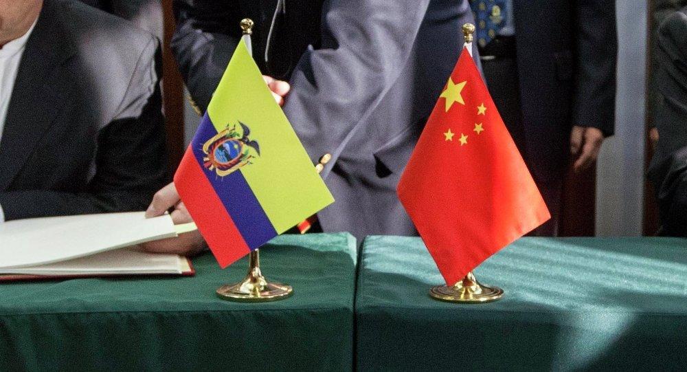 Las banderas de Ecuador y China