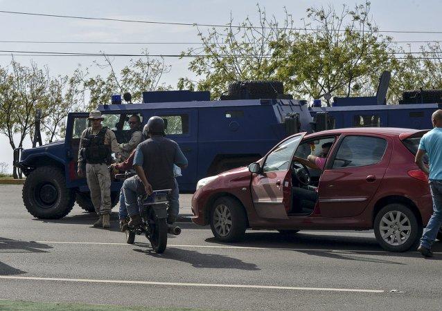 Vehículos blindados se ven en una carretera después de la llegada de una delegación de senadores brasileños cerca del aeropuerto Simón Bolívar en Caracas