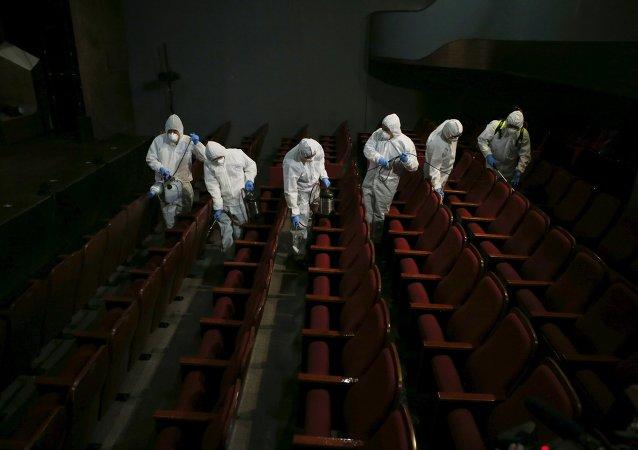 Empleados de un servicio de desinfección en un teatro de Seúl