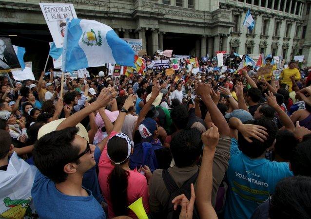 Manifestantes exigen la dimisión del Otto Pérez Molina, presidente de Guatemala, en Ciudad de Guatemala, el 13 de junio, 2015