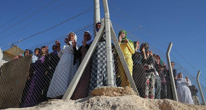 Refugiados sirios esperan la llegada de la Alta Comisionada de la ONU para los Refugiados, Antonio Guterres, en el campo de refugiados de Midyat en Mardin, sudeste de Turquía