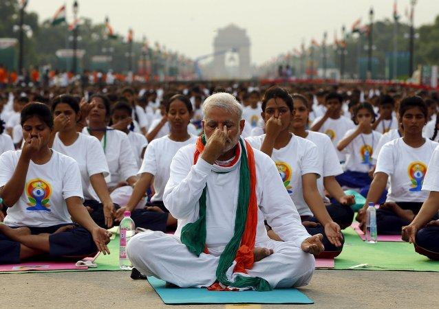 Narendra Modi, primer ministro de la India da clase de yoga para 35.000 personas en Nueva Delhi