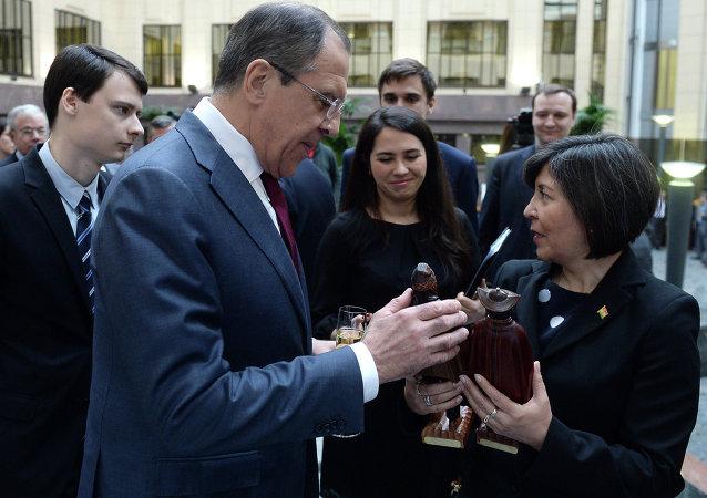 Serguéi Lavrov, ministro de asuntos exteriores de Rusia, y María Luisa Ramos Urzagaste, embajadora de Bolivia en Rusia (Archivo)