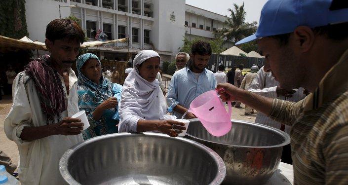 La gente recibe agua