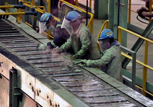 Trabajadores en la planta de fundición de plata y plomo de Karachipampa en Potosí, al sur Bolivia