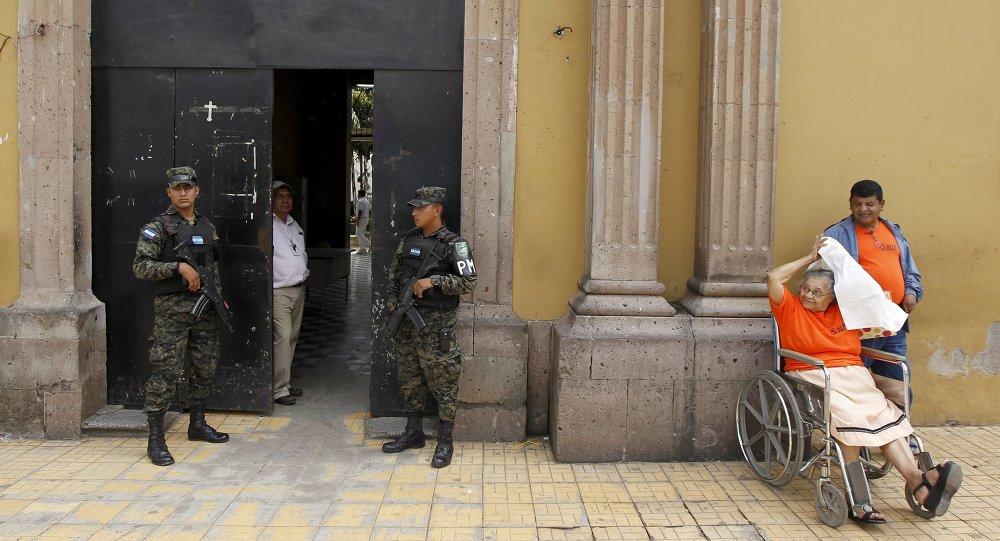 Soldados cerca de la entrada al hospital San Felipe de Tegucigalpa, Honduras