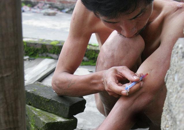Un drogadicto chino se inyecta una dosis (archivo)