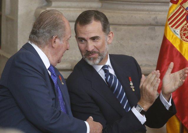Felipe VI, Rey de España, y su padre, Juan Carlos I, durante la celebración del 30 aniversario de la adhesión de España a la UE en el Palacio Real de Madrid, el 24 de junio, 2015
