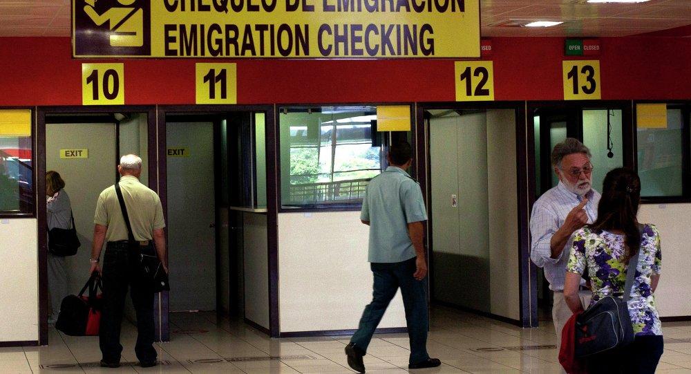 Viajeros en el puesto de control de la inmigración en el Aeropuerto Internacional José Martí en La Habana, Cuba