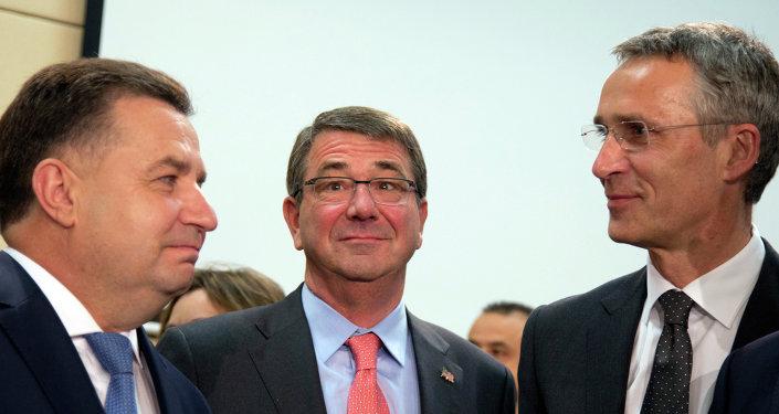 Stepán Poltorak, ministro de Defensa de Ucrania, Ashton Carter, secretario de Defensa de EEUU y Jens Stoltenberg, secretario general de la OTAN en Bruselas