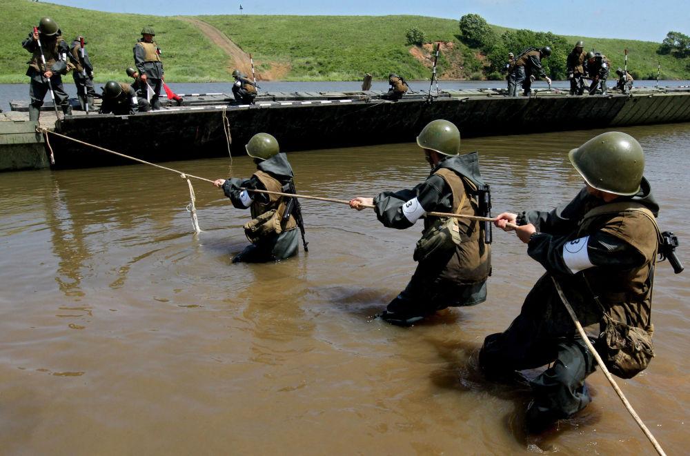 Ejercicios de tropas de pontones en el Lejano Oriente ruso