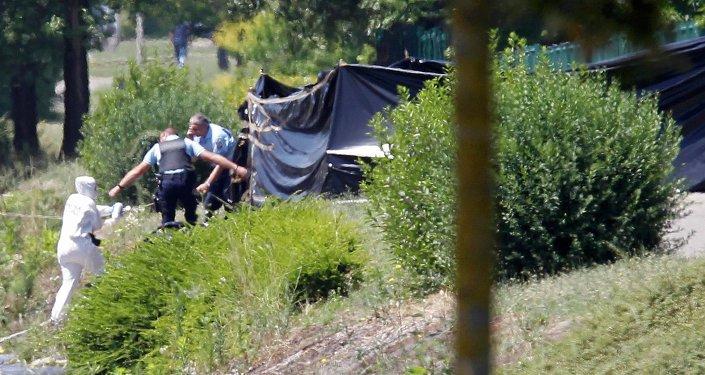 Investigadores después de un ataque a una fábrica de gas en el departamento de Isere