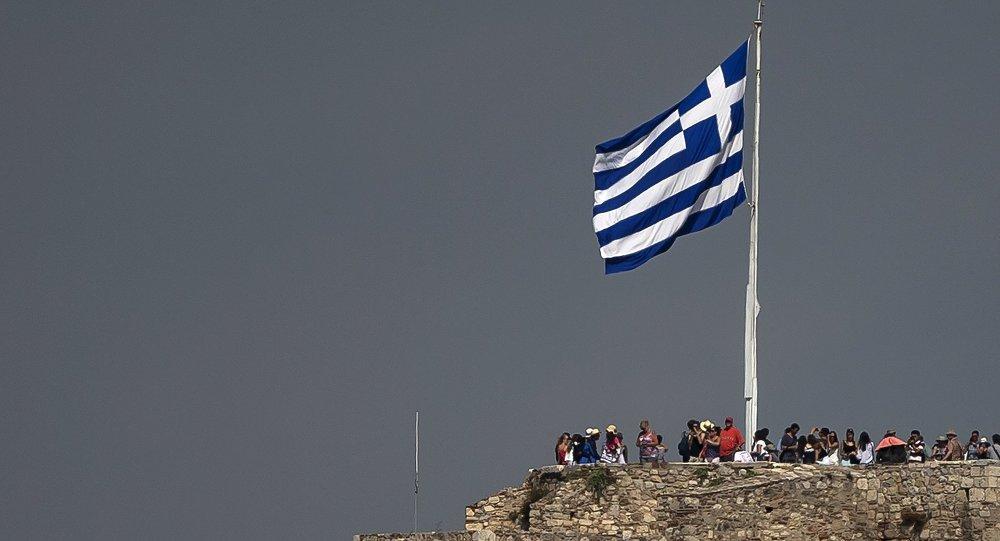 Bandera de Grecia en la Acrópolis de Atenas (archivo)